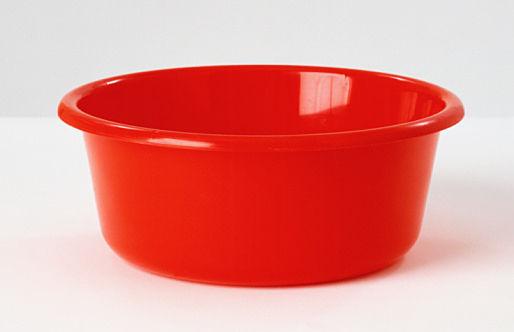 赤い洗面器の男
