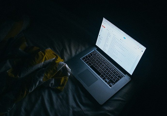 暗い部屋とパソコン
